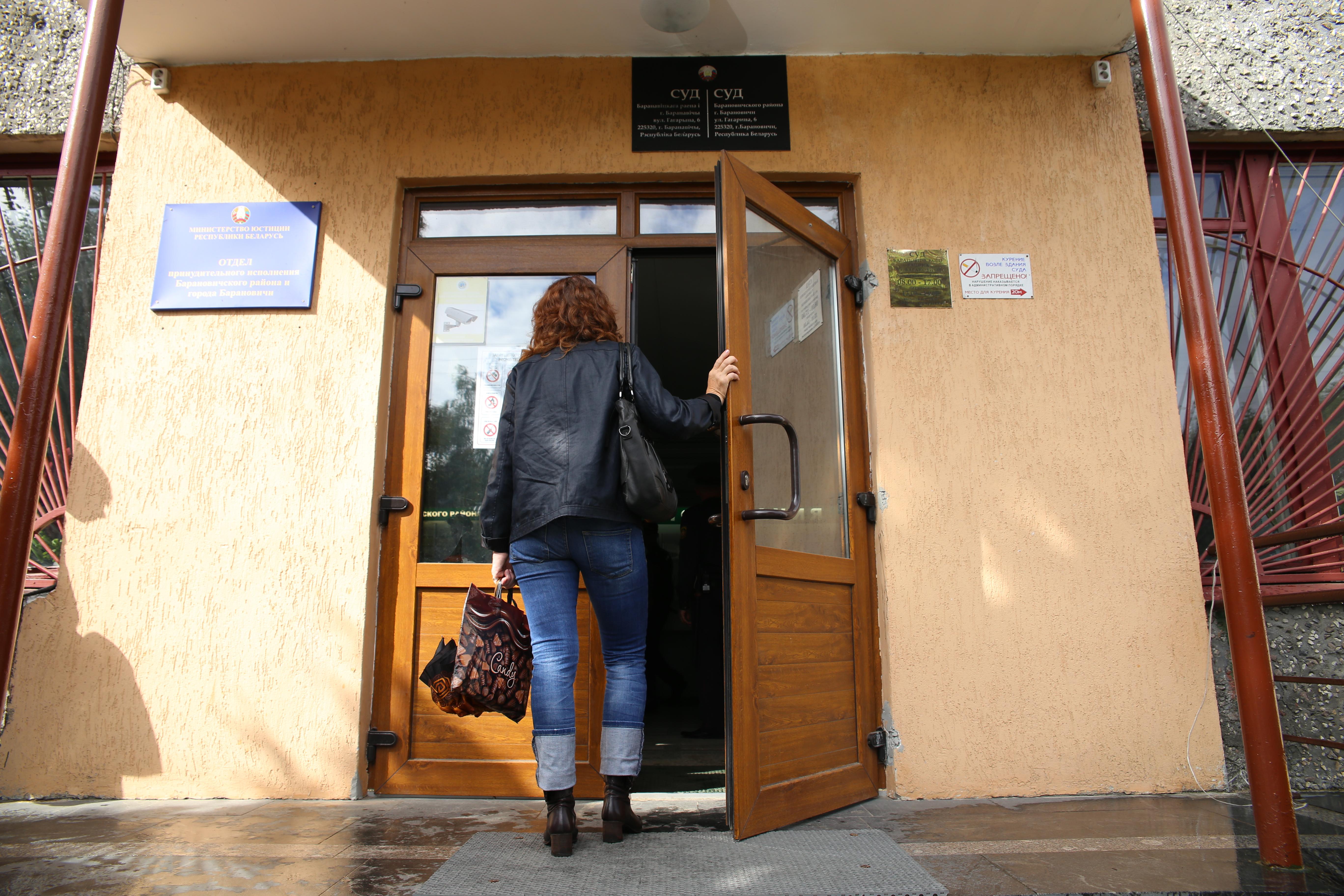 Татьяна Ясман идет на заседание Брестского областного суда. Фото: Евгений ТИХАНОВИЧ