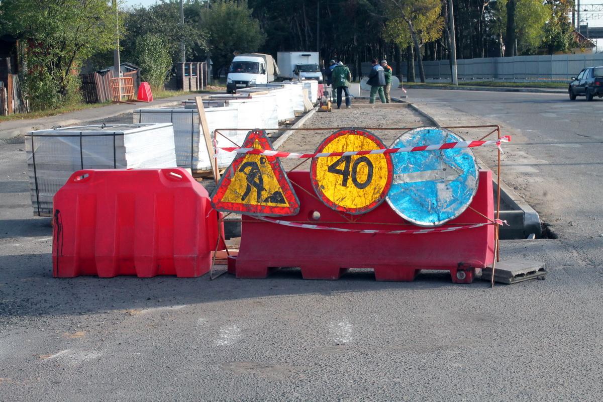 В Барановичах на улице Фроленкова обустраивают островок безопасности