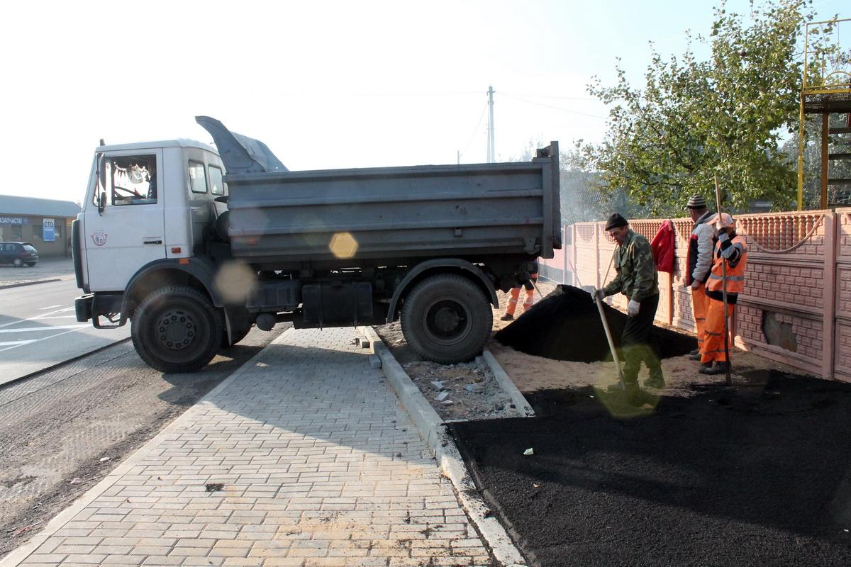 В Барановичах на улице Тельмана расширяют полосу для движения автобусов и обустраивают тротуар
