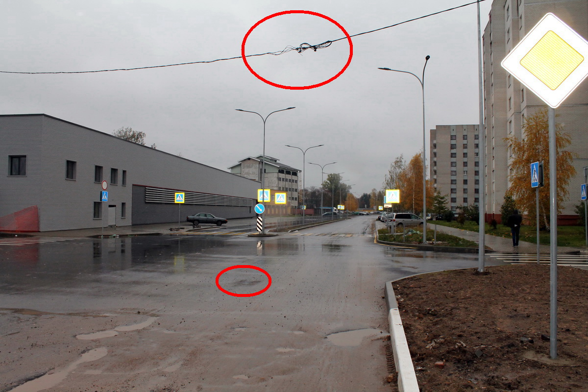 В Барановичах на улице Текстильной убрали столб, который стоял посреди улицы