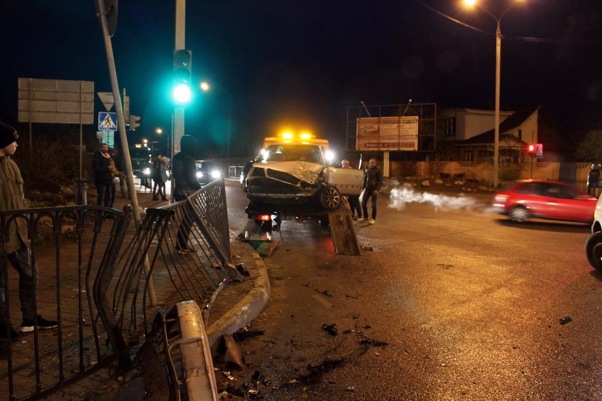 В Барановичах на перекрестке улиц Тельмана и Першукевича столкнулись три автомобиля и пострадали два человека