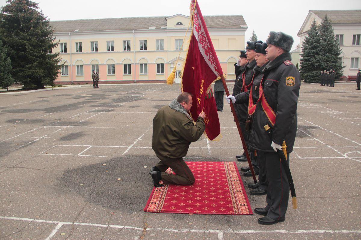 Сергей Кравченя прощается со знаменем. Фото: Юрий ПИВОВАРЧИК