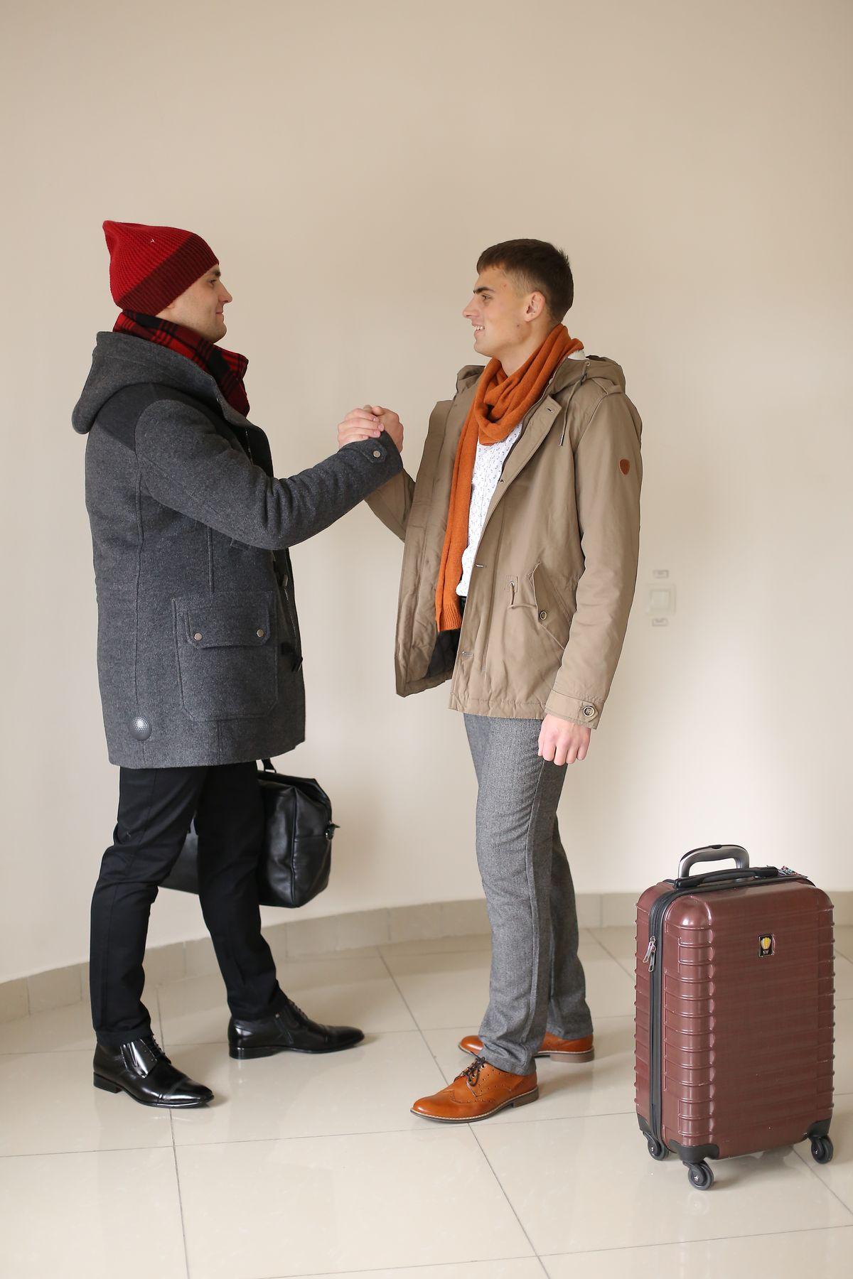 Слева: Шарф alcott (Италия), рубашка и брюки Corey Fildman,  пальто Gotti, полуботинки «Conhpol» Справа: Брюки и рубашка Corey Fildman, ремень mustang, куртка утеплённая и шарф tom farr, полуботинки «Conhpol», чемодан Sun Voyage