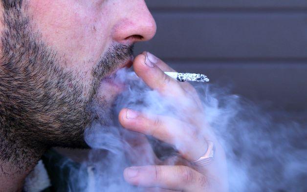 Сомнительный маркетинг: в Барановичах курильщикам кладут деньги на мобильный