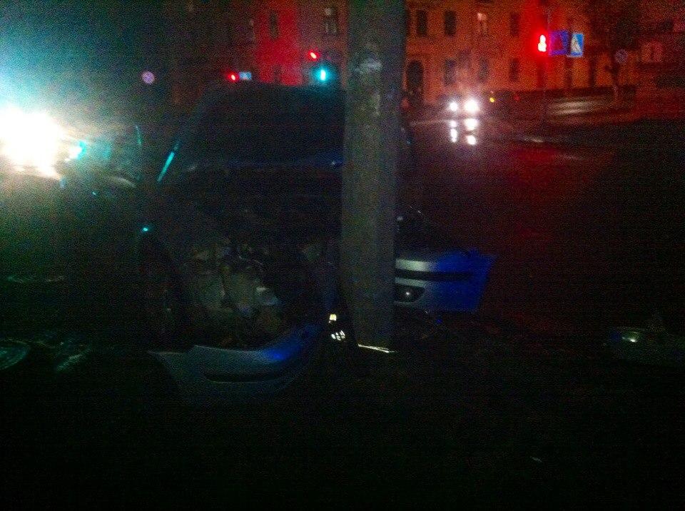 Автомобиль «Рено» врезался в столб. Фото: РАЦИЯ БАРАНОВИЧИ