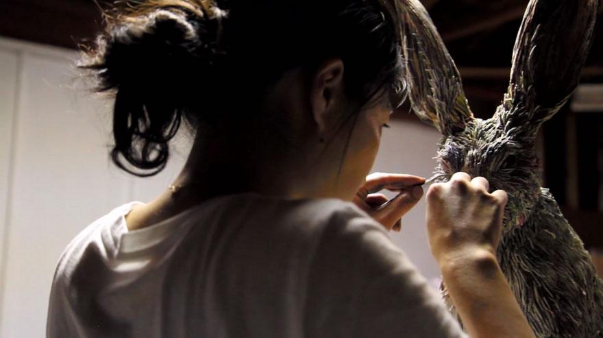 Японская художница создает реалистичные скульптуры животных из газеты