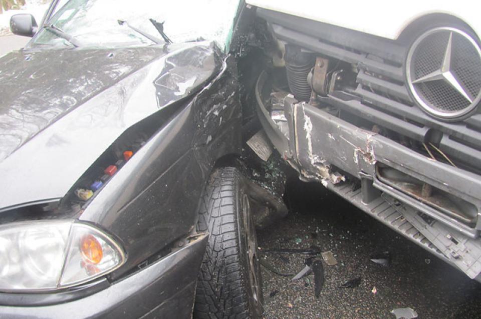 Грузовик врезался в машину с детьми