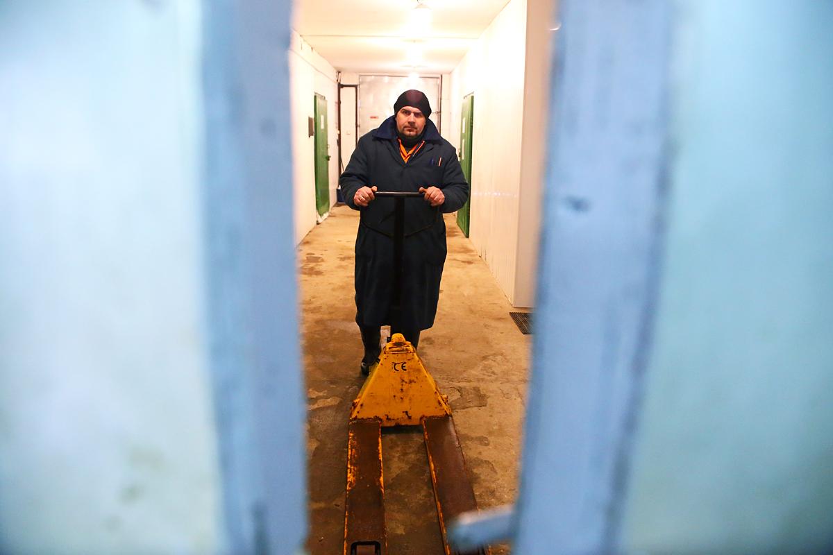 Кладовщик Александр работает на складе готовой продукции. Фото предоставлено ООО
