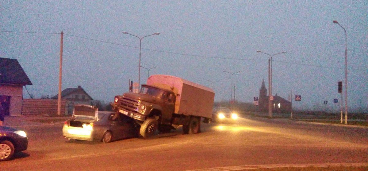 В Барановичах грузовая машина наехала на легковушку