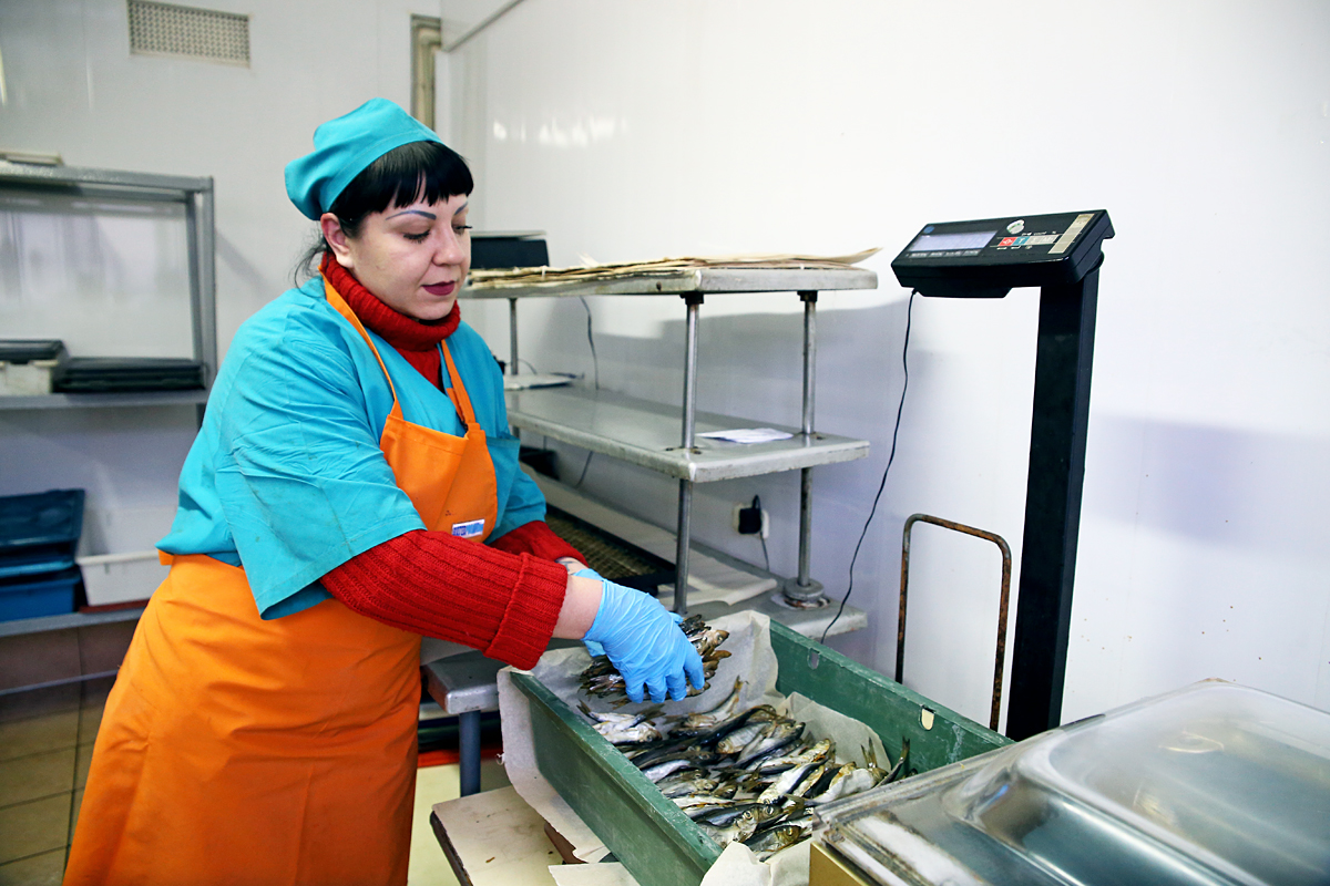 Работница цеха Антонина взвешивает продукцию. Фото предоставлено ООО