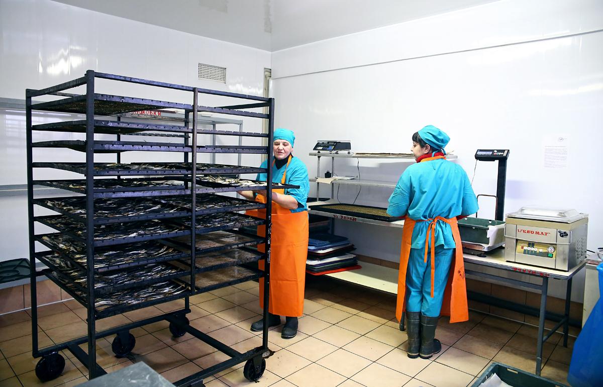 Бригадир Нина Владимировна и работница цеха Антонина в помещении готовой продукции. Фото предоставлено ООО