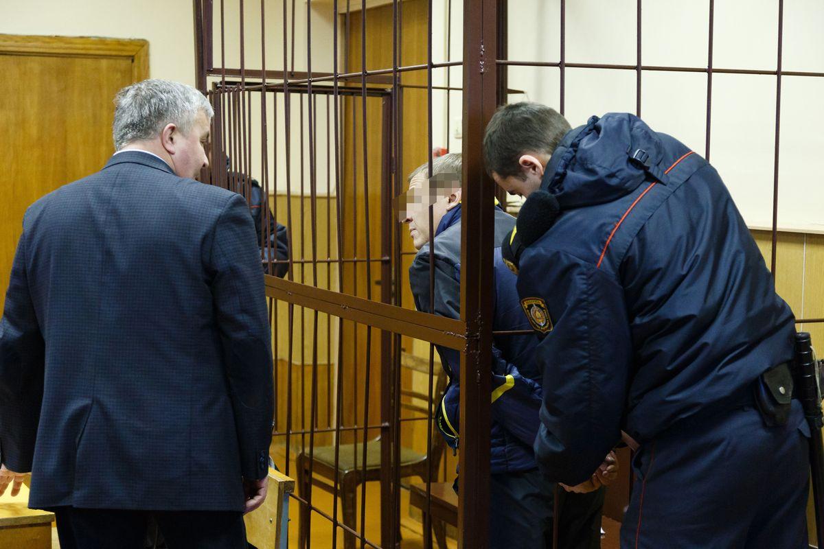 С обвиняемого Вадима С. снимают наручники до начала заседания суда 25 ноября. Фото: Александр Короб