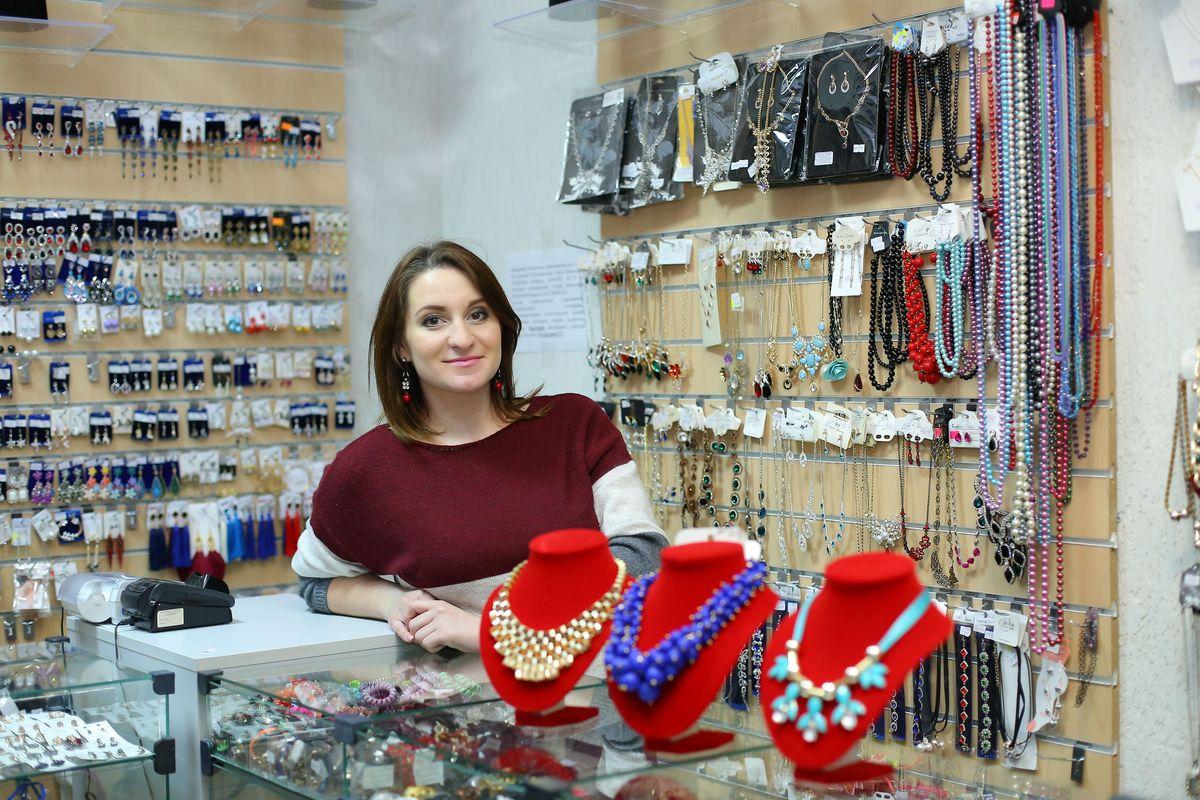 Ксения Кузьмина в своем магазине бижутерии. Пока она не советует начинающим бизнесменам открывать свое дело, связанное с продажей мелкого товара. Фото: Александр Короб