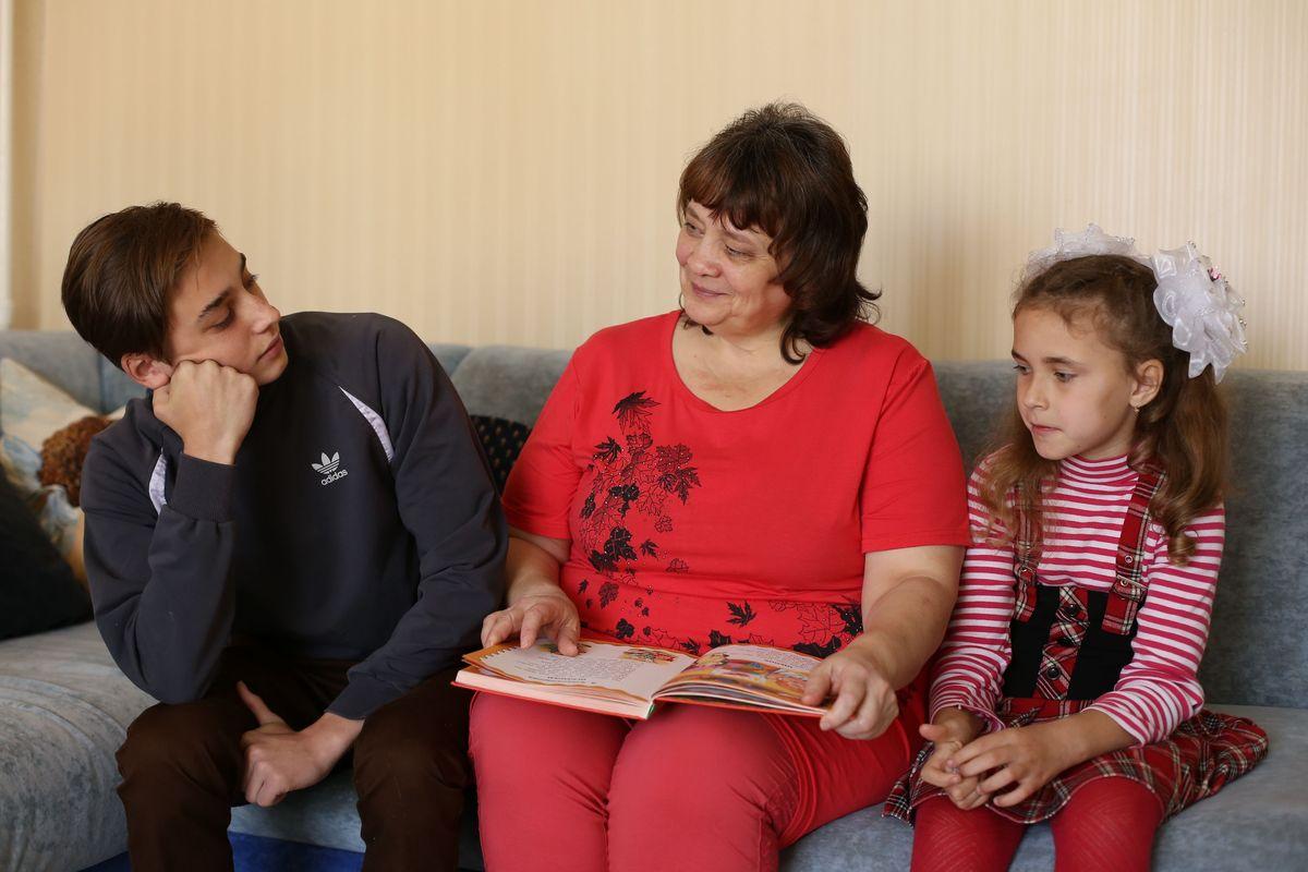 Галина Шаповалова с приемными детьми Александром и Настей. Фото: Александр Короб