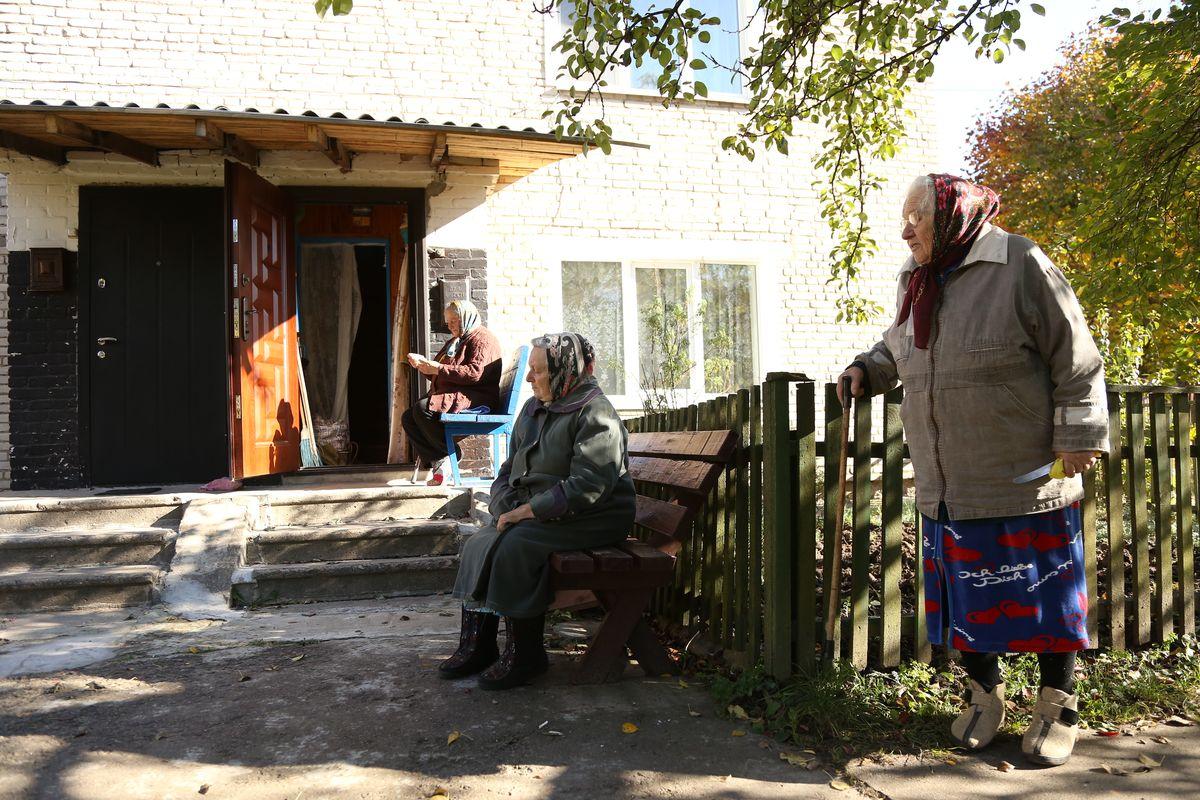 Мария Адасько (справа) с соседками, октябрь 2016 года. Фото: Александр Короб