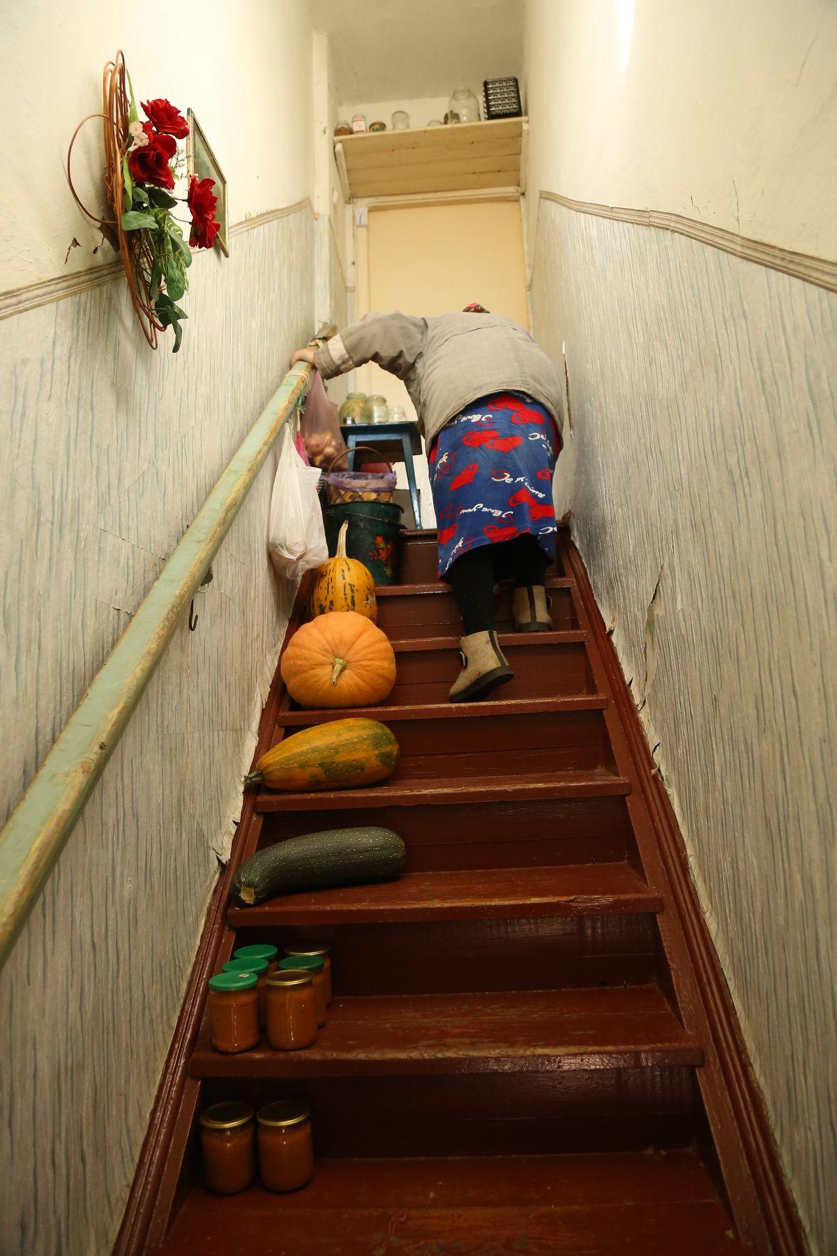 Мария Адасько на лестнице в своей квартире. Фото: Александр Короб