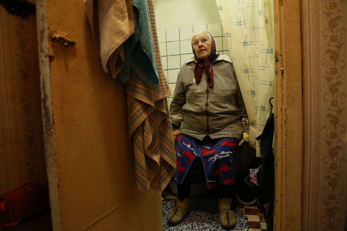 Мария Адасько в ванной комнате. Фото: Александр Короб