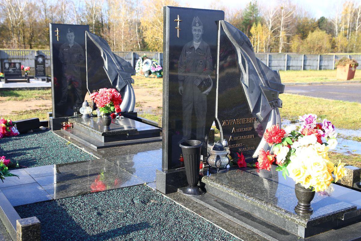 Могилы летчиков Морфицкого и Журавлевича. Фото: Евгений ТИХАНОВИЧ