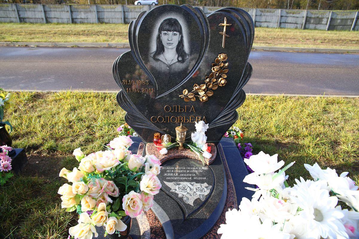 Памятник девушке погибшей в о время взрыва в Минском метро. Фото: Евгений ТИХАНОВИЧ