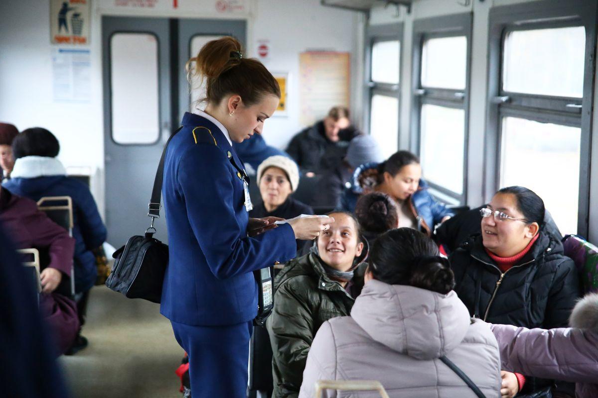 По словам разъездного кассира Оксаны Сидорик, пассажиры встречаются разные и к каждому нужно найти подход. Фото: Евгений Тиханович