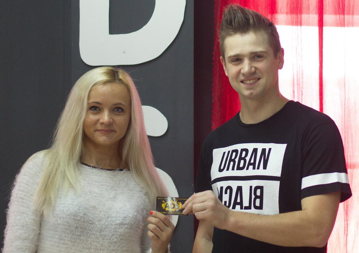 Руководитель школы танцев ANANKO DANCE SCHOOL  Евгений Ананько вручает Екатерине Плотко абонемент. Фото: архив ADS