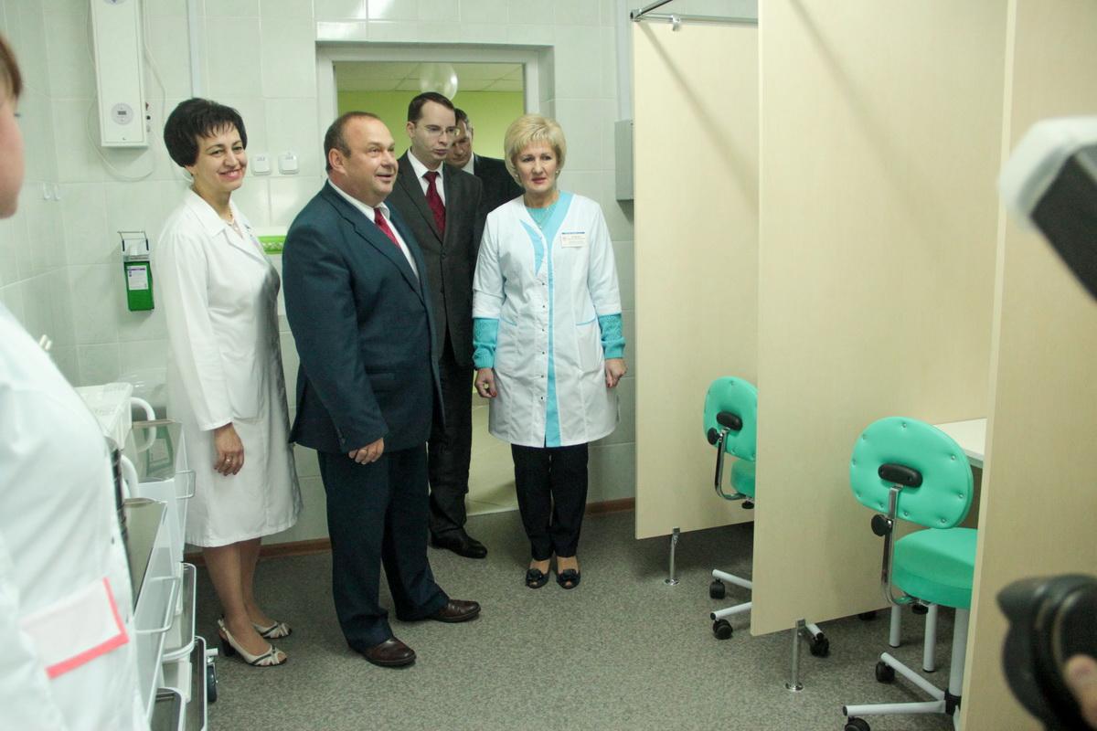 Заведующая поликлиникой №2 Валентина Мартос (слева) показывает мэру города ингаляторий