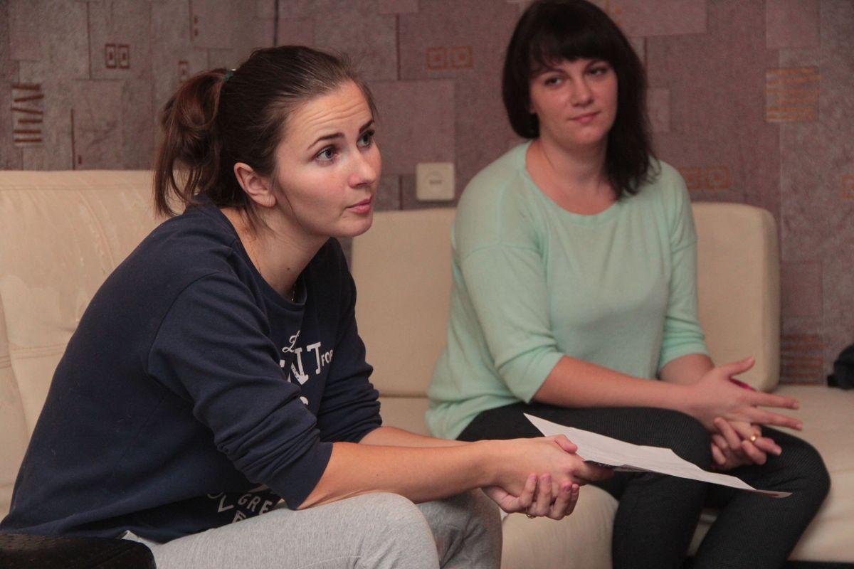 Светлана Скурат и Анна Вербило, проживающие в общежитии на улице Промышленная, 7Б/1,возмущены большими счетами за электроэнергию. Фото6 Юрий Пивоварчик