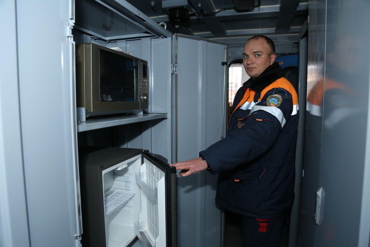 Для машинистов есть шкаф с микроволновой печью и холодильником. Фото: Александр КОРОБ