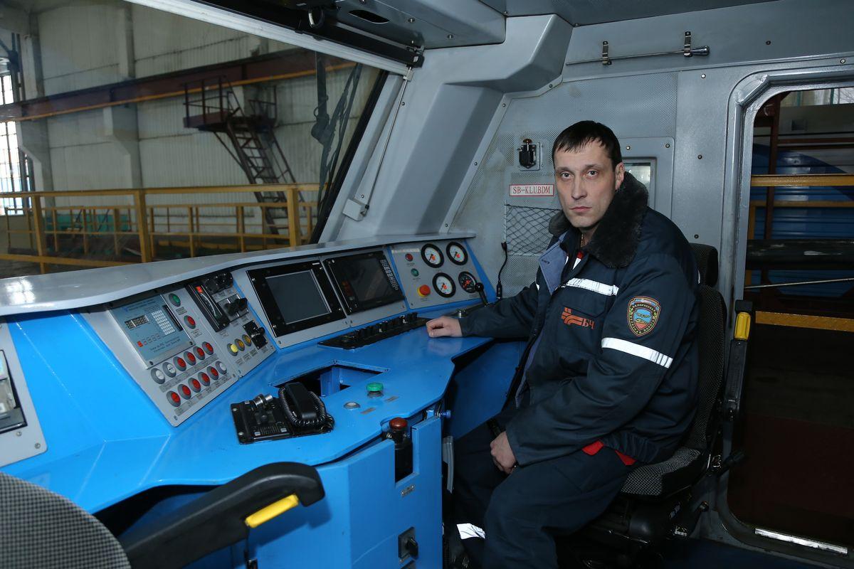 Начальник цеха по ремонту электровозов Сергей Прокуда в кабине машиниста. Фото: Александр КОРОБ