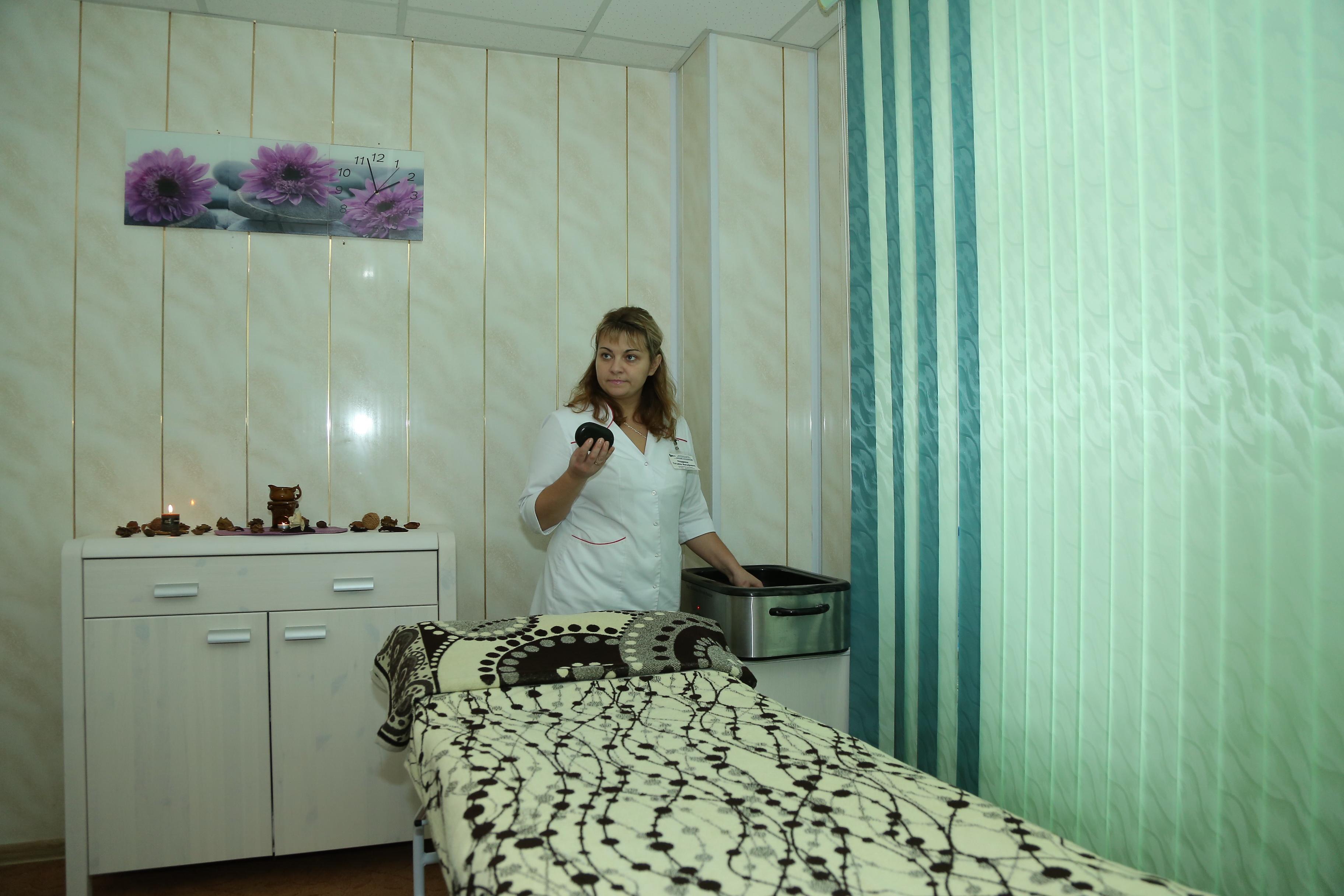 Инструктор-методист по физреабилитации Татьяна Ноздрина перед каждой процедурой разогревает камни около получаса