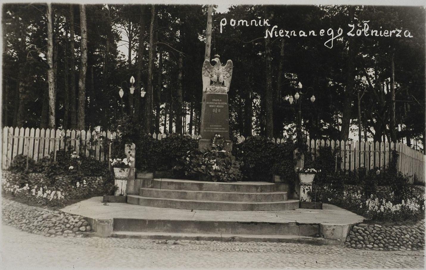 Памятник неизвестному солдату в Барановичах. Польская открытка междувоенного периода.
