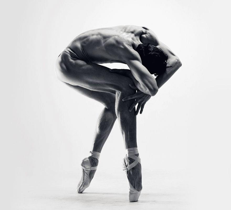 Скульптор раздевает и фотографирует танцоров, изображающих любовь и смерть