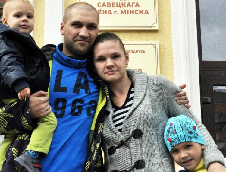 Дмитрий Гомон с семьей у суда. Фото: euroradio.fm