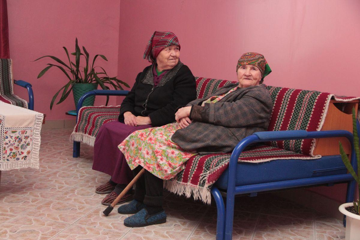 Более 230 человек проживает в Леснянском доме-интернате. Они одиноки, в их буднях мало радости и поводов для праздников, но Новый год они ждут с надеждой на чудо. Фото: Юрий Пивоварчик