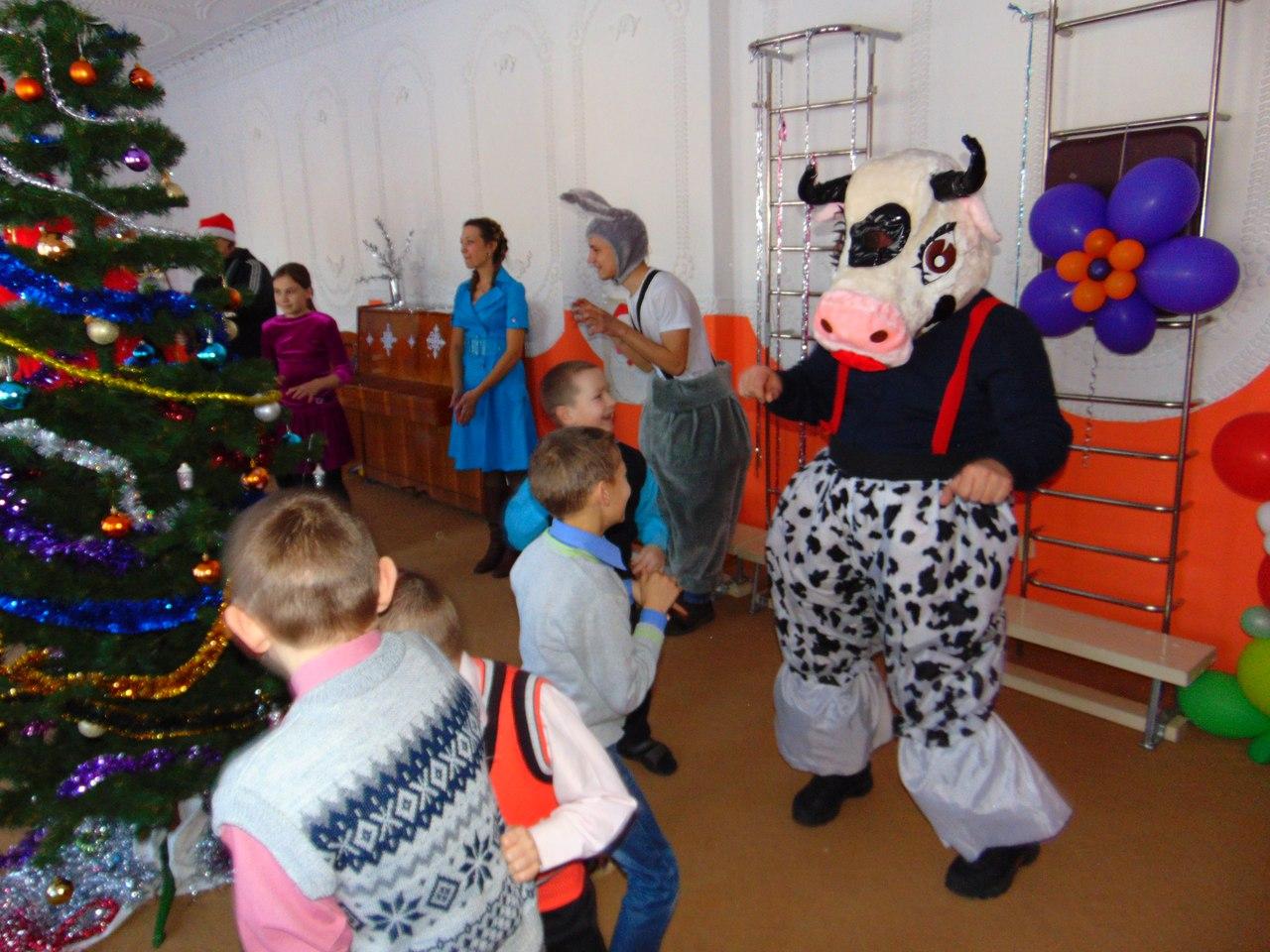 На празднике в 2015 году самым любимым персонажем для детей стала Буренка. Фото: из личного архива Алексея Шугаева