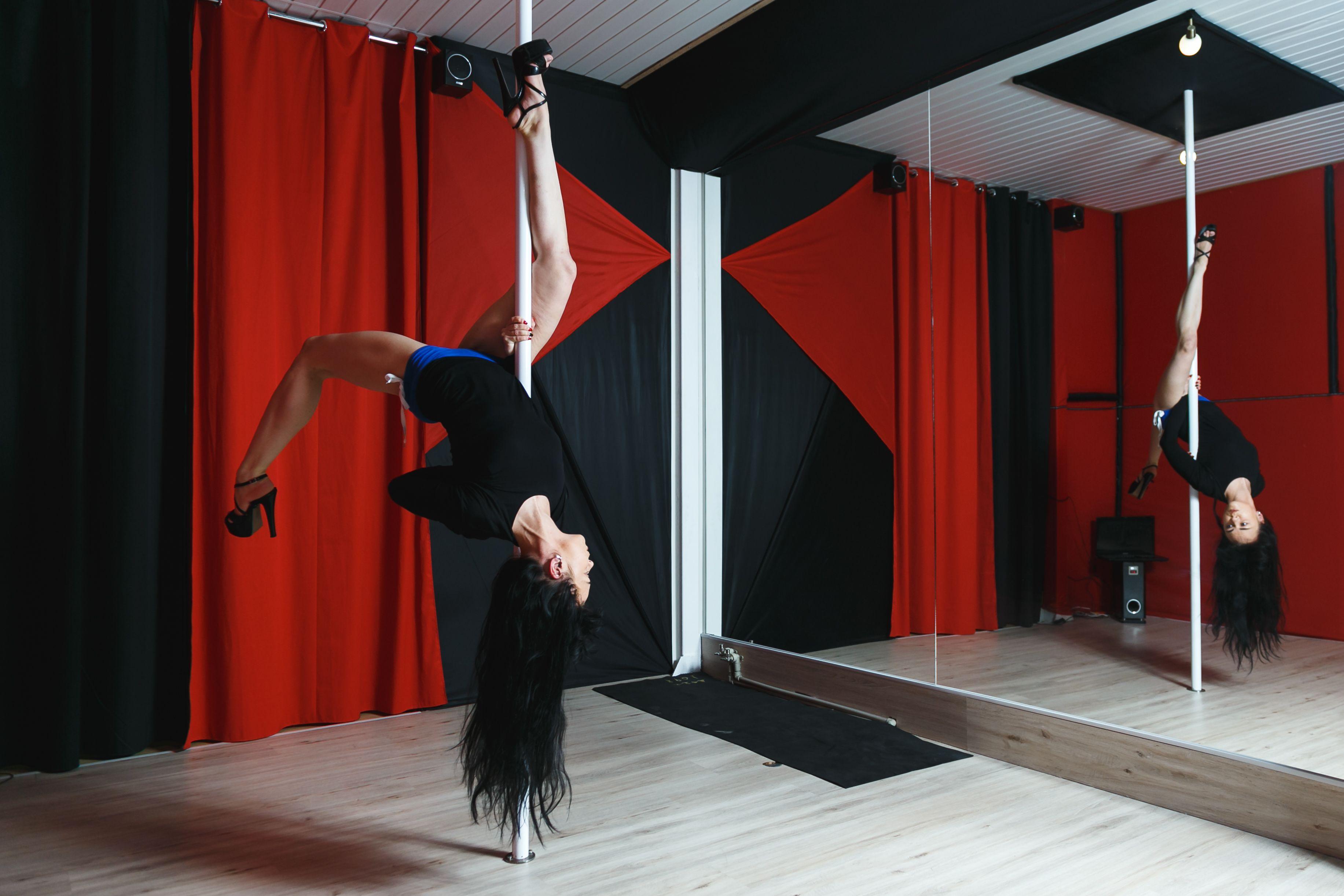 """Танец на пилоне - это акробатика, растяжка и """"спортзальная""""тренировка. В основном этим видом танцевального фитнеса девушки занимаются ради удовольствия. Фото: Александр КОРОБ"""