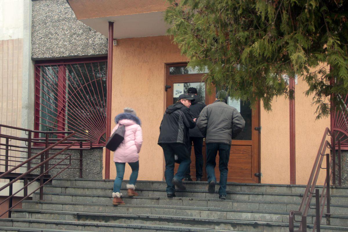 Родственники погибших в ДТП заходят в здание суда Барановичского района и г. Барановичи на судебное заседание 21 ноября. Фото: Юрий Пивоварчик