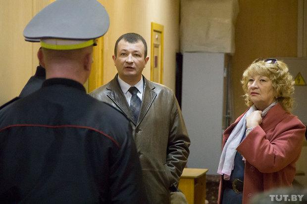 Сергей Сорокин и его мать Лариса Ивановна в коридоре суда. Фото: tut.by