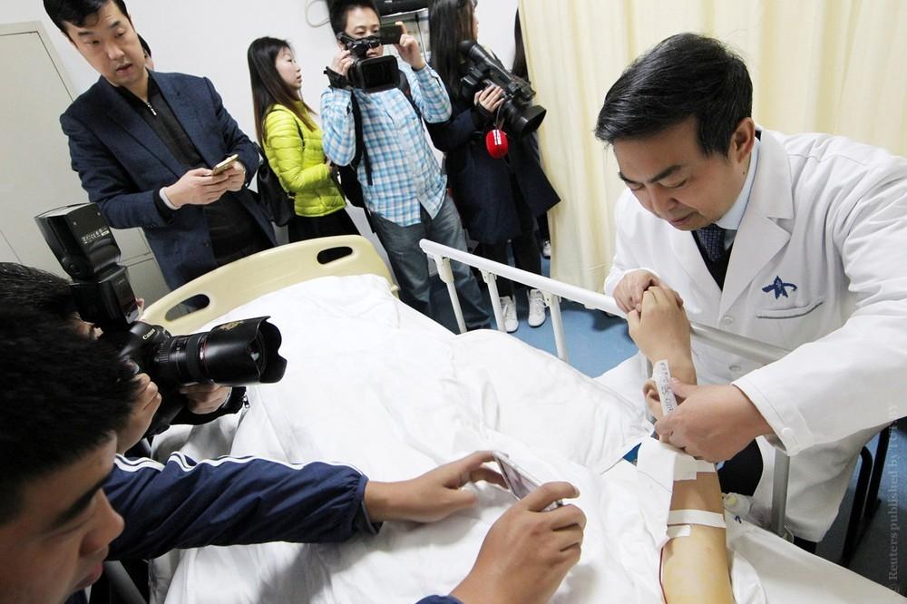 В Китае врачи вырастили искусственное ухо на руке пациента