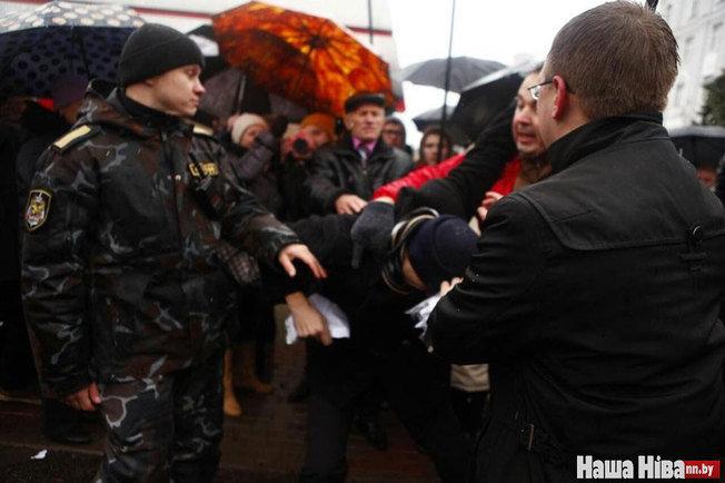 """Один из коммунистов бросается на Дашкевича с криком """"Комсомол"""". Фото: Наша Ніва"""
