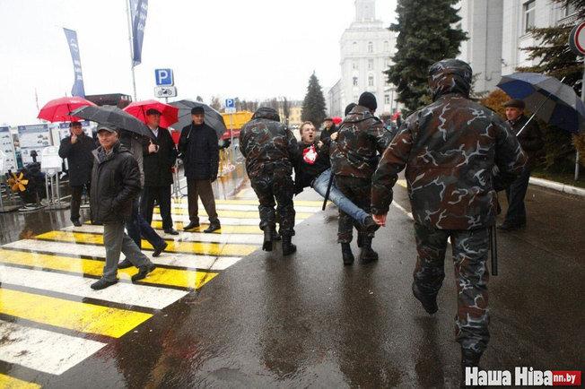 Дашкевича несут в бус. Фото: Наша Ніва
