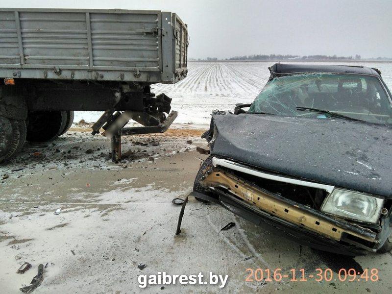 В Пинском районе после столкновения с припаркованным на дороге грузовиком, легковушку выкинуло на встречку.