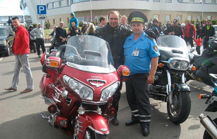 Андрей Волковыцкий на совместной акции с байкерами. Ещё в погонах капитана. Фото: http://euroradio.fm/