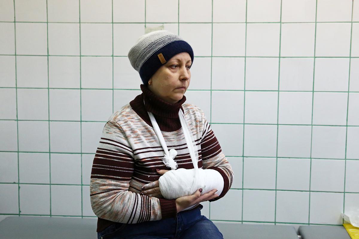 Стелла Борисовна упала по пути на работу и получила перелом левой руки. Фото: Евгений ТИХАНОВИЧ