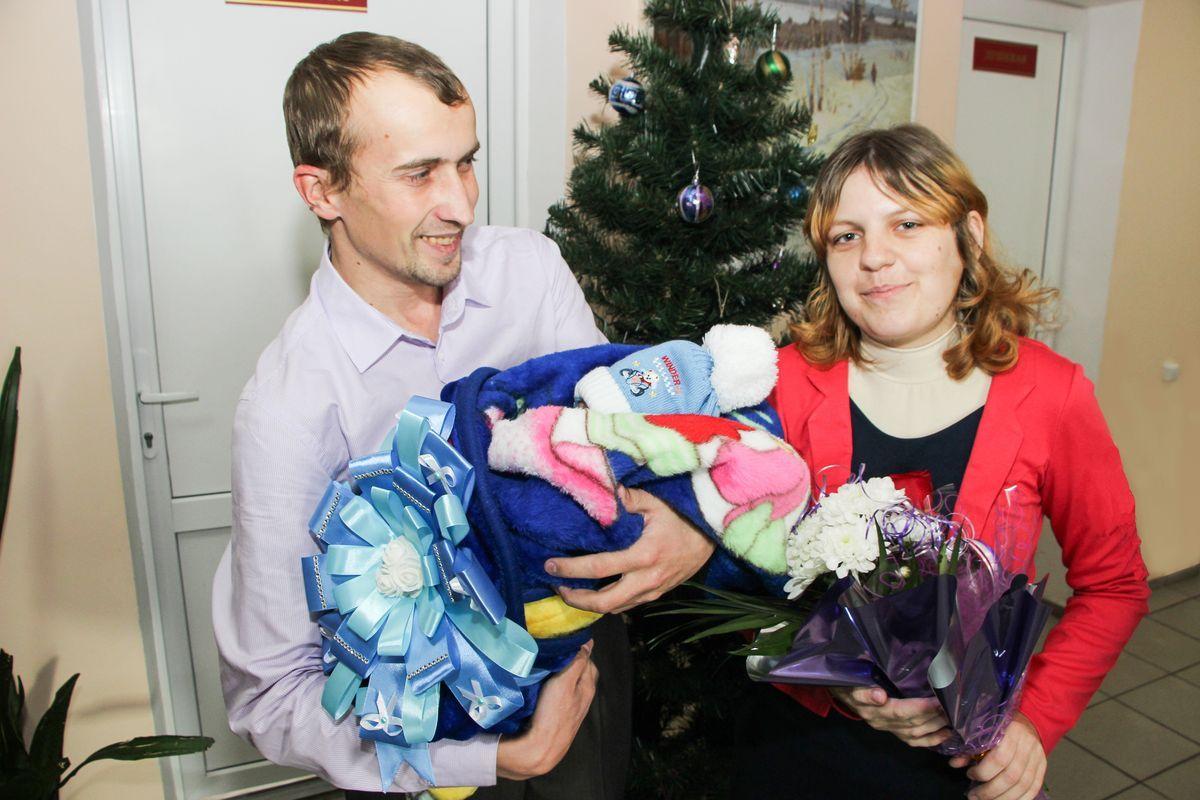 Алена и Дмитрий со своим сыном Женей. Фото: Юлия Матусевич