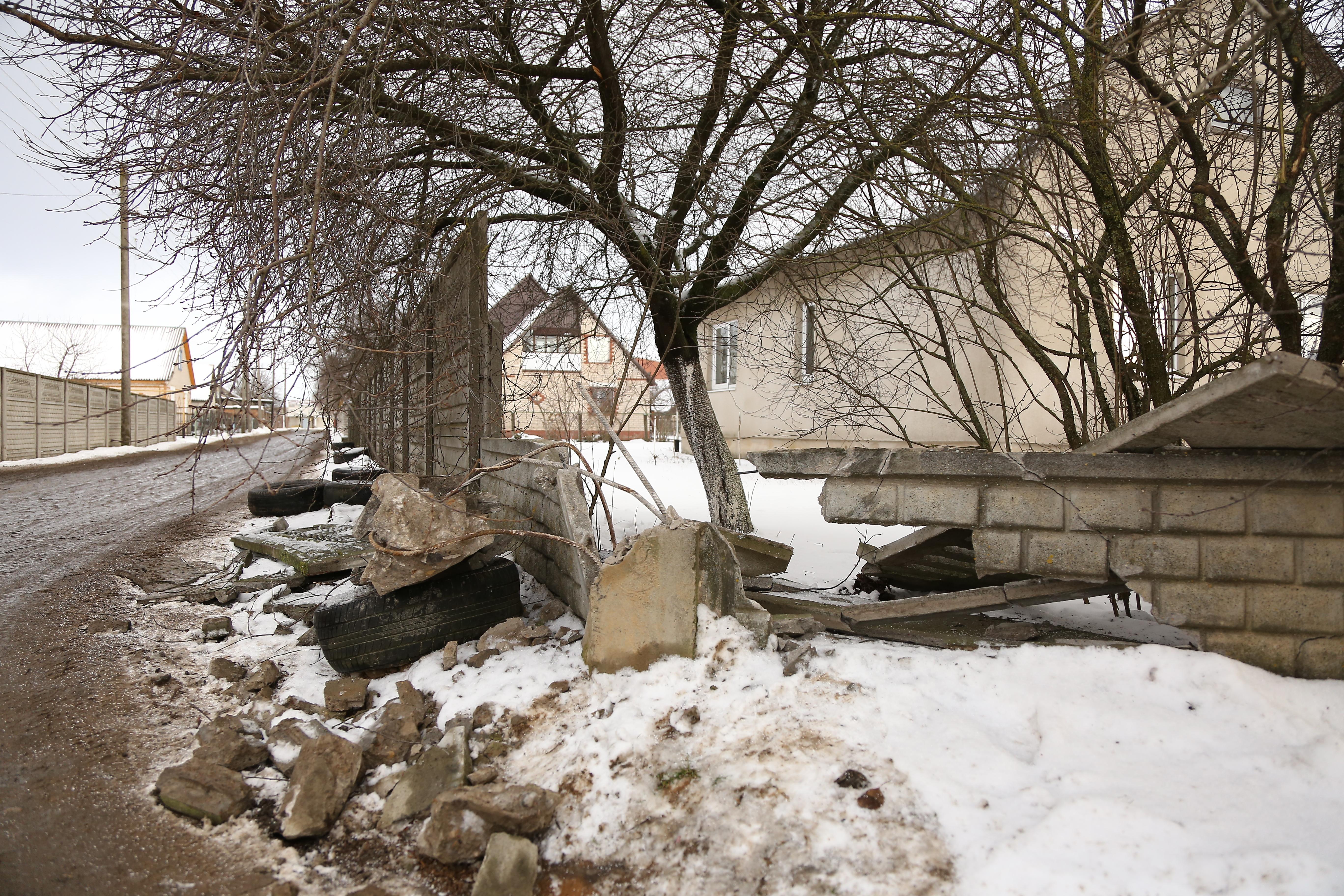 Разрушенный участок забора. Фото: Александр КОРОБ