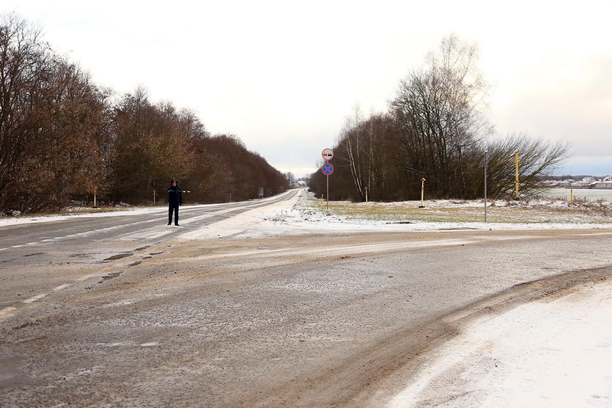 Во время проведения следственных действий на месте аварии весь транспорт следовал в объезд. Фото: Александр КОРОБ