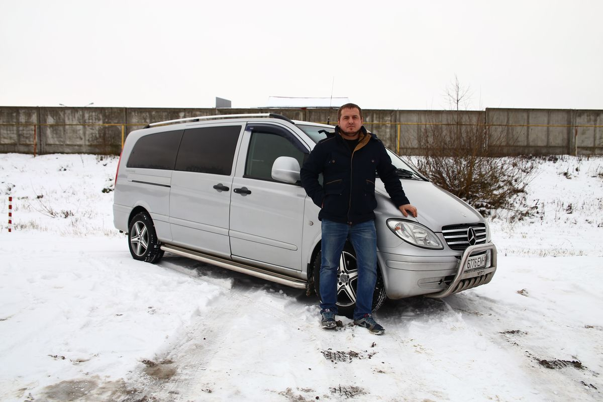 Николай Юреня, владелец микроавтобуса Mercedes Vito. Фото: Евгений Тиханович