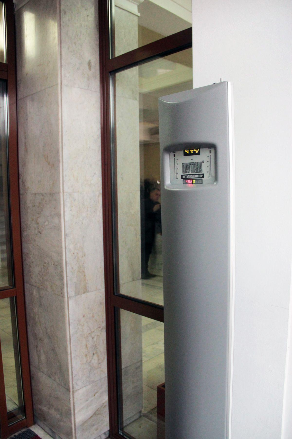 Металлодетектор у входной двери в горисполком. Фото: Юрий ПИВОВАРЧИК
