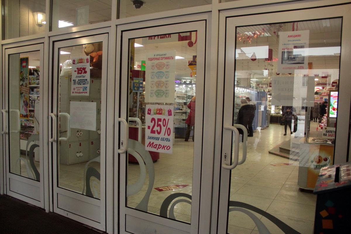 """В понедельник 5 декабря в 10.30 наклеек с надписью фотосьемка запрещена на входной двери ДТ """"Радуга"""" уже не было."""